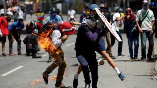 Ένας νεκρός - δεκάδες τραυματίες από τις συγκρούσεις στη Βενεζουέλα (pics)