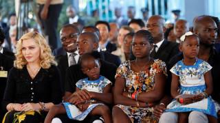 Η Μαντόνα επέστρεψε στο Μαλάουι για καλό σκοπό (pics&vids)