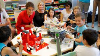 Η Μελάνια Τραμπ επισκέφτηκε Παιδιατρικό Νοσοκομείο στο Παρίσι- Τι δώρο της προσέφεραν