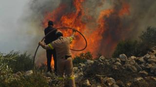 Κόλαση από τη φωτιά στην Κόρινθο: Τραυματίστηκαν πυροσβέστες και κάηκε σπίτι (pics&vid)