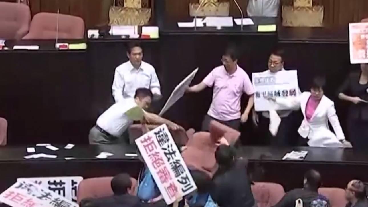 Άγριο ξύλο με μπουνιές και κλωτσιές στη βουλή της Ταϊβάν (vid)