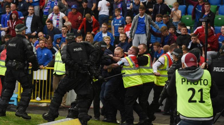 Champions League: Θρησκευτικός πόλεμος και επεισόδια στο Μπέλφαστ (vid)