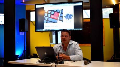 Ο πρώην κομάντο που μαθαίνει προγραμματισμό στους πρόσφυγες