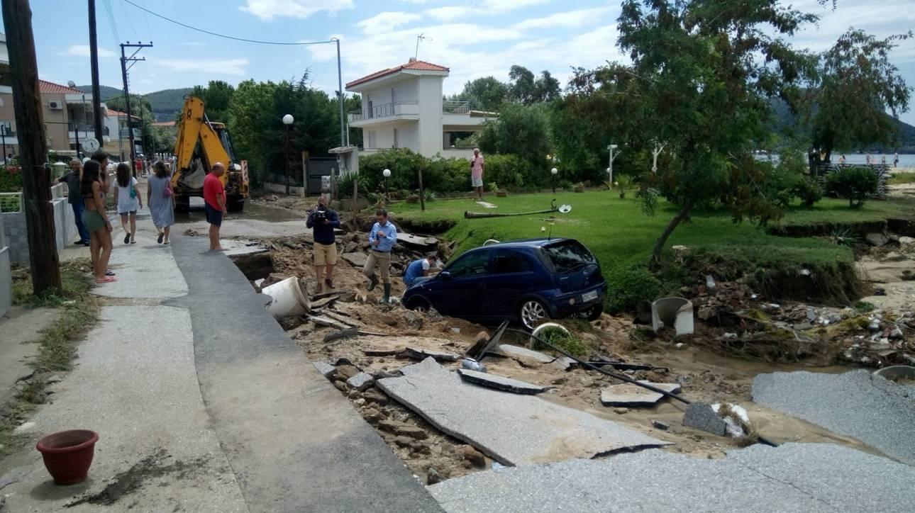 Τεράστιες καταστροφές στη Χαλκιδική - Άνοιξε η γη και «κατάπιε» αυτοκίνητα (pic)