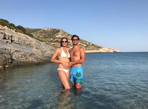Η έγκυος Αna Βeatriz Barros και ο σύζυγος της στις Μικρές Κυκλάδες