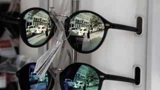 Νεαρή κοπέλα κλέβει ένα ζευγάρι γυαλιά... όσο οι κάμερες γράφουν (vid)