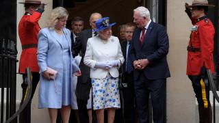 Στο μάτι του «κυκλώνα» Καναδός αξιωματούχος που ακούμπησε τη βασίλισσα Ελισάβετ (pics&vid)