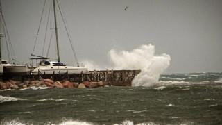 Η εντυπωσιακή «μάχη» δύο πλοίων με τεράστια κύματα στο Αιγαίο (vid)