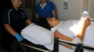 Ξεσπά πάνω στο φορείο η τραυματίας: Να πνιγούν όλοι οι πολιτικοί σε ένα τσουνάμι (pic&vid)