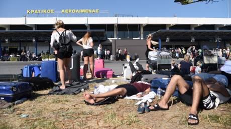 Σεισμός στα Δωδεκάνησα: Ουρές ταλαιπωρίας στο αεροδρόμιο του νησιού (pics)