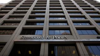 Η S&P αναβάθμισε σε «θετικές» τις προοπτικές της Ελλάδας