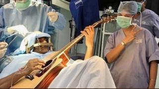 Ινδός παίζει κιθάρα την ώρα που υποβάλλεται σε χειρουργική επέμβαση στο κεφάλι (pics&vid)