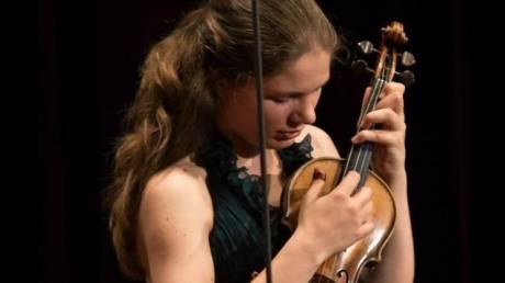 Έμι Στορμς: Η ταλαντούχα Ολλανδή βιολονίστρια που λατρεύει τον Βασίλη Τσιτσάνη