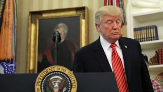 «Βολές» Τραμπ κατά πάντων και στο βάθος... η απονομή προεδρικής χάρης