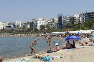 Άδειασαν οι δρόμοι στην Αθήνα - γεμίζουν οι παραλίες