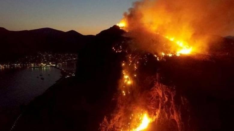 Μαίνεται η φωτιά πάνω από το κάστρο της Μονεμβασιάς (pics&vid)