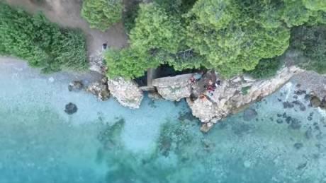 Οι «κρυστάλλινες» παραλίες του Σαρωνικού με τις αμέτρητες πηγές και τις φυσικές νεροτσουλήθρες (vid)