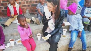 Η Μις Νότια Αφρική ταΐζει με γάντια μαύρα παιδάκια και το ίντερνετ ξεσηκώνεται