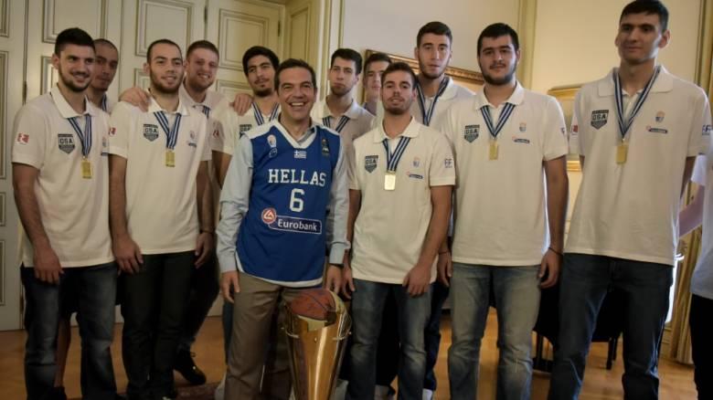 Ο διάλογος και τα αστεία του Τσίπρα με τα «χρυσά» παιδιά του ελληνικού μπάσκετ (vid)