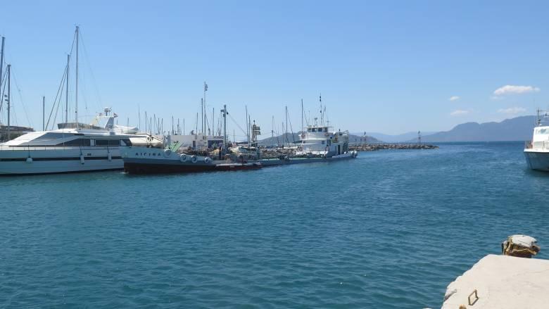 Αναστάτωση από τη σύγκρουση δύο πλοίων στο λιμάνι της Αίγινας