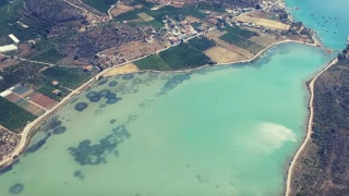 Βιβάρι: Η παραδεισένια τιρκουάζ λιμνοθάλασσα της Αργολίδα από ψηλα (vid)
