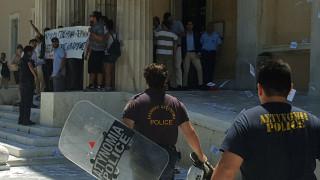 Ξέφραγο αμπέλι η Βουλή - Ανενόχλητη η ομάδα Ρουβίκωνας εισέβαλε στο κοινοβούλιο (pics)
