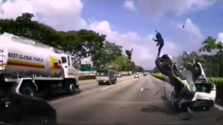 Τρομακτικό ατύχημα σε αυτοκινητόδρομο της Σιγκαπούρης (vid)