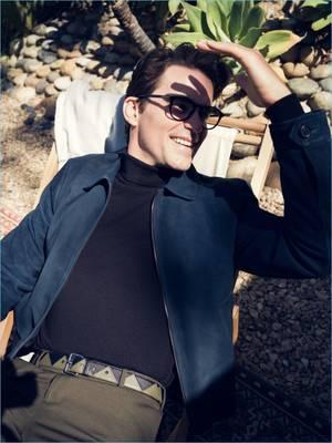 Suede jacket Prada, turtleneck sweater Maison Margiela & παντελόνι Joseph. Ζώνη Prada, γυαλιά ηλίου Tom Ford.
