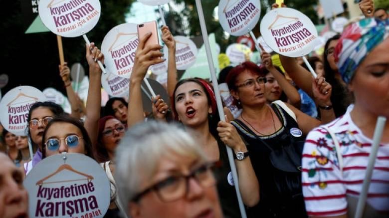 Εκατοντάδες γυναίκες στην Κωνσταντινούπολη διαδήλωσαν για την ελευθερία στο ντύσιμο (pics)