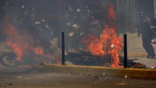 Βενεζουέλα: Αστυνομικοί τραυματίστηκαν σε έκρηξη κατά τη διάρκεια διαδήλωσης (pics)