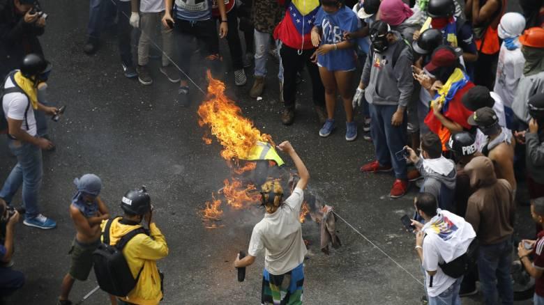 Βενεζουέλα: Κάλπες με αίμα, συγκρούσεις και μικρή συμμετοχή
