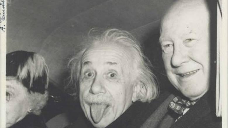 Η πιο αστεία φωτογραφία του Αϊνστάιν με τη γλώσσα έξω πουλήθηκε σε δημοπρασία (Pic)