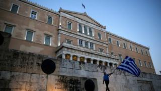 Guardian: Οι Έλληνες δεν βλέπουν φως στο τέλος του τούνελ