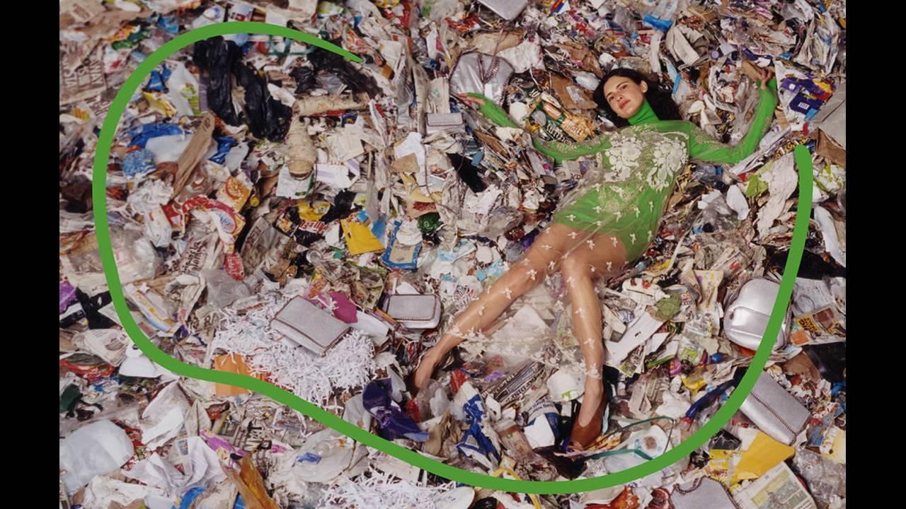 https://cdn.cnngreece.gr/media/news/2017/07/31/91416/photos/snapshot/stella-mccartney-ad-campaign-landfill.jpg