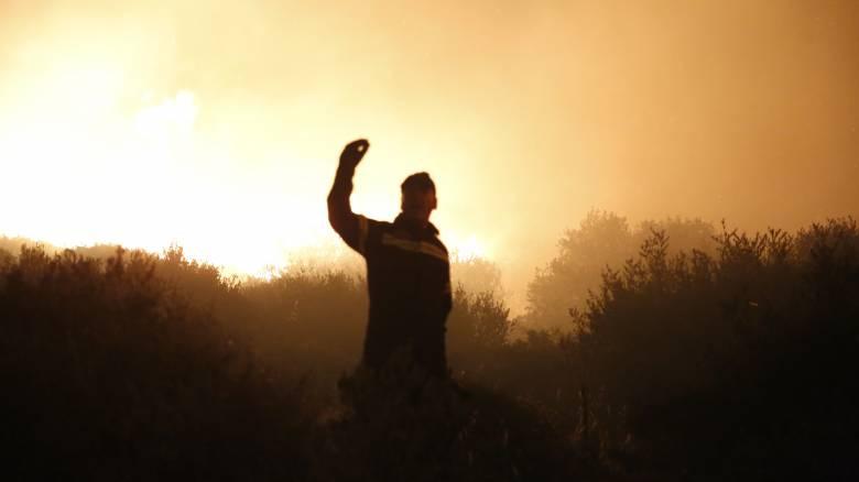 Φωτιά στα Καλύβια: Συνεχίζεται η μάχη με τις φλόγες