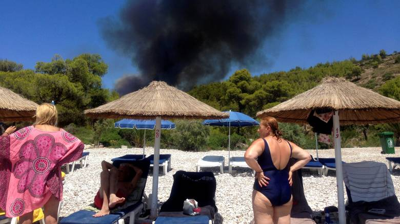 Μεγάλη φωτιά στις Σπέτσες - Πλησιάζει τα σπίτια - «Μάχη» να περιορίσουν την πυρκαγιά στην Ανάβυσσο