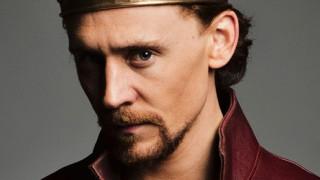 Άμλετ: Ο Τομ Χίντλστον τραγικός ήρωας του Σαίξπηρ για καλό σκοπό
