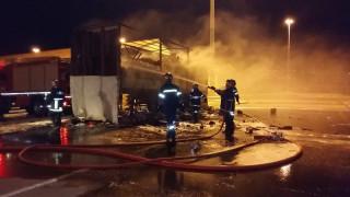 Φορτηγό τυλίχθηκε στις φλόγες στο λιμάνι της Σούδας (pics&vids)