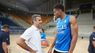 Ο Μητσοτάκης με την Εθνική μπάσκετ - Τα σουτ και οι συμβουλές από τον Αντετοκουνμπο (pics)