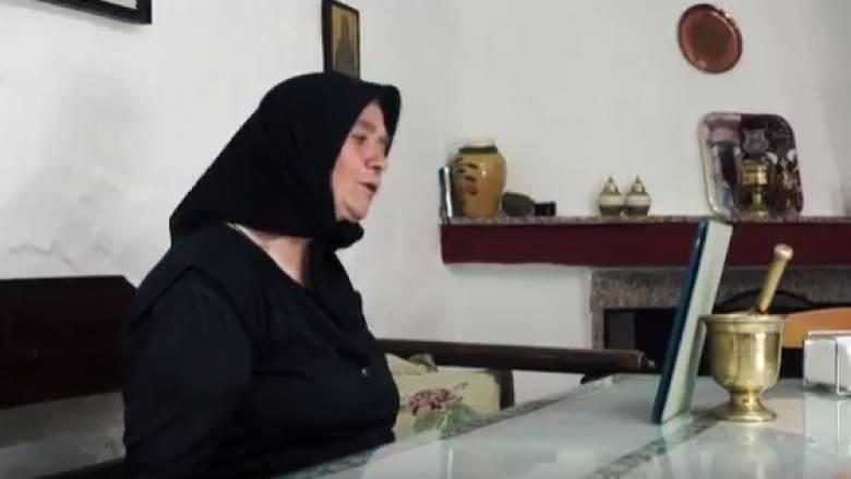 Σούπερ γιαγιά από την Κρήτη κάνει βιντεοκλήση στα εγγονιά της (vid)