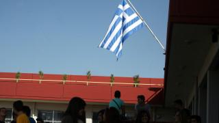 Τέλος ο εθνικός ύμνος με την έπαρση της σημαίας - Το παρασκήνιο με την προσευχή στα σχολεία