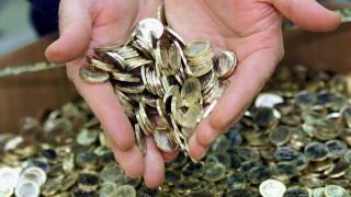 Τι θα κάνατε εάν βρίσκατε έναν κουβά γεμάτο κέρματα;