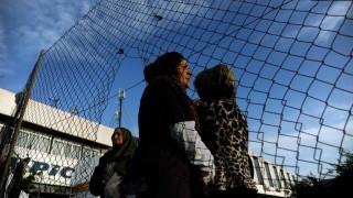 Αποσύρθηκε η διάταξη που εμπόδιζε τους μετανάστες να αποκτήσουν κινητό τηλέφωνο