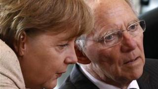 Der Spiegel: Η Μέρκελ απέσυρε το σχέδιο Σόιμπλε περί Grexit για να μην... τα χαλάσει με τον Ολάντ
