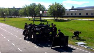 Ρώσοι μαθητές στρατιωτικής σχολής λύνουν και μοντάρουν αυτοκίνητο σε 4 λεπτά (Vid)