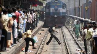 Ινδία: Τρένο παρέσυρε και σκότωσε τουλάχιστον πέντε άτομα