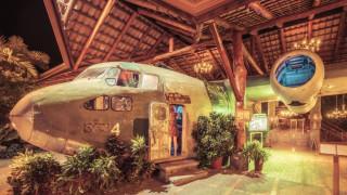 Η ιστορία του εγκαταλειμμένου αεροπλάνου της CIA που έγινε μπαρ στη ζούγκλα (pics)