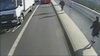Βίντεο ντοκουμέντο: Ανθρωποκυνηγητό για την σύλληψη jogger που έσπρωξε γυναίκα πάνω σε λεωφορείο