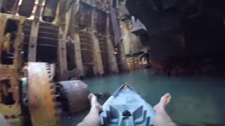 Τι πιο όμορφο από το να κάνεις καγιάκ σε ένα εγκαταλελειμμένο πλοίο (Vid)