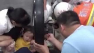 Το χέρι 2χρονης πιάστηκε σε κυλιόμενες σκάλες